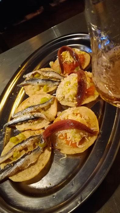 Coca con berberechos y anchoas. Foto © El Hype.