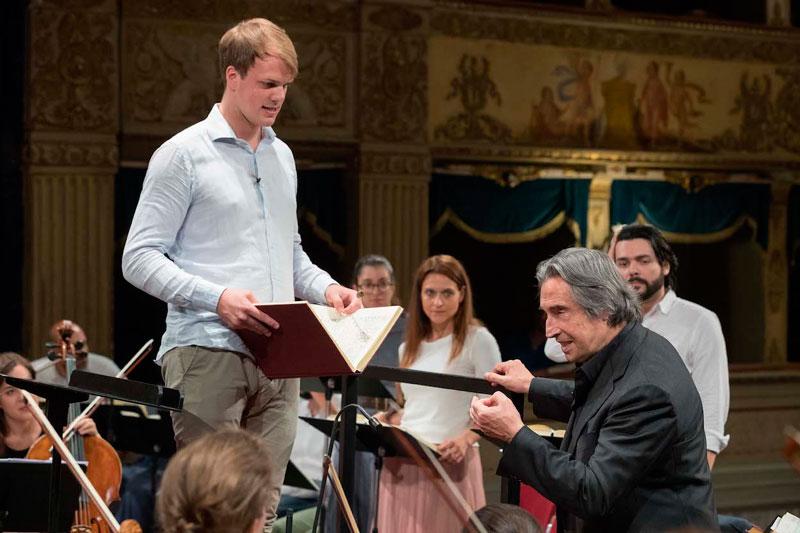 © Zani-Casadio. Riccardo Muti junto a Felix Hornbachner, delante de los cantantes Serena Gamberoni y Luca Micheletti.