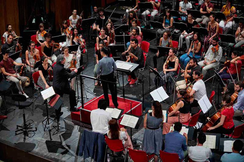 ©Zani-Casadio. Riccardo Muti y Jiannan Cheng en un momento de los ensayos de Le nozze di Figaro.