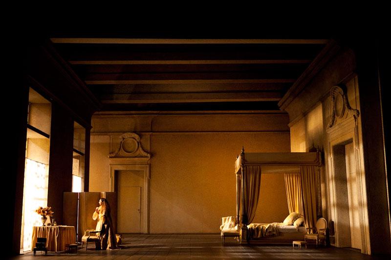 @ Bel Air Classiques. Un momento del segundo acto de Le nozze di Figaro en la historia puesta en escena de Giorgio Strehler.