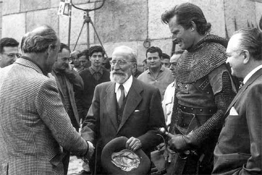 Menéndez Pidal saluda a Mann y Heston en el set de El Cid.