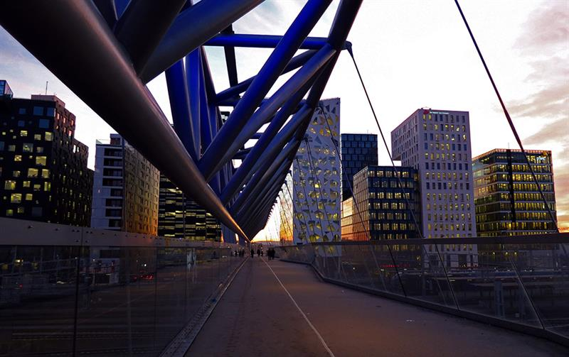 Puente peatonal Akrobaten, L2 Architects. © Fotografía Rolf Thoresen.