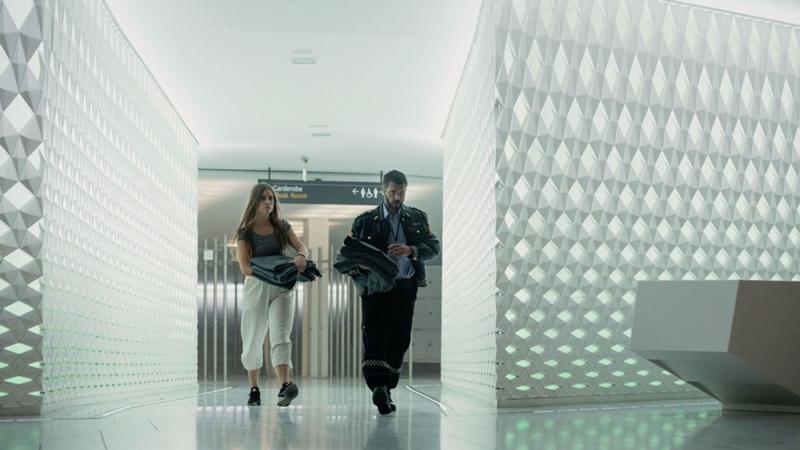 Beforeigners, (Serie HBO Europa, 2019, Anne Bjørnstad y Eilif Skodvin. Director Jens Lien). Interior Ópera Oslo, Snøhetta arquitectos.